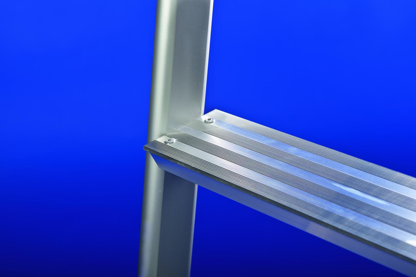 Stufen-Anlegeleiter mit Aluminiumstufen und ovalen Aluminium-Holmen