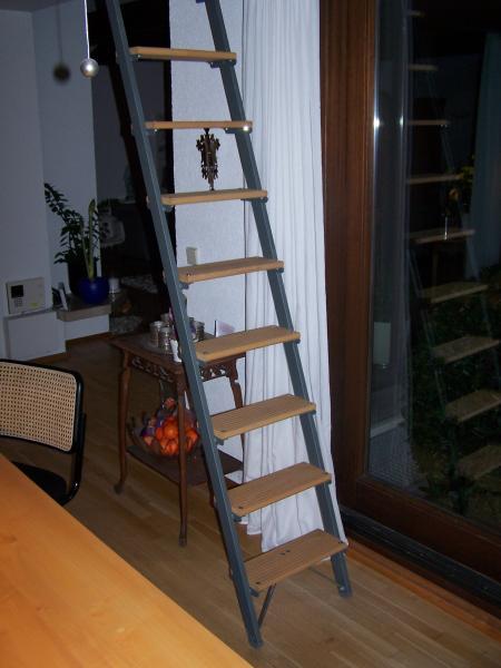 Stufen-Anlegeleiter mit Holzstufen und rechteckigen Aluminium-Holmen