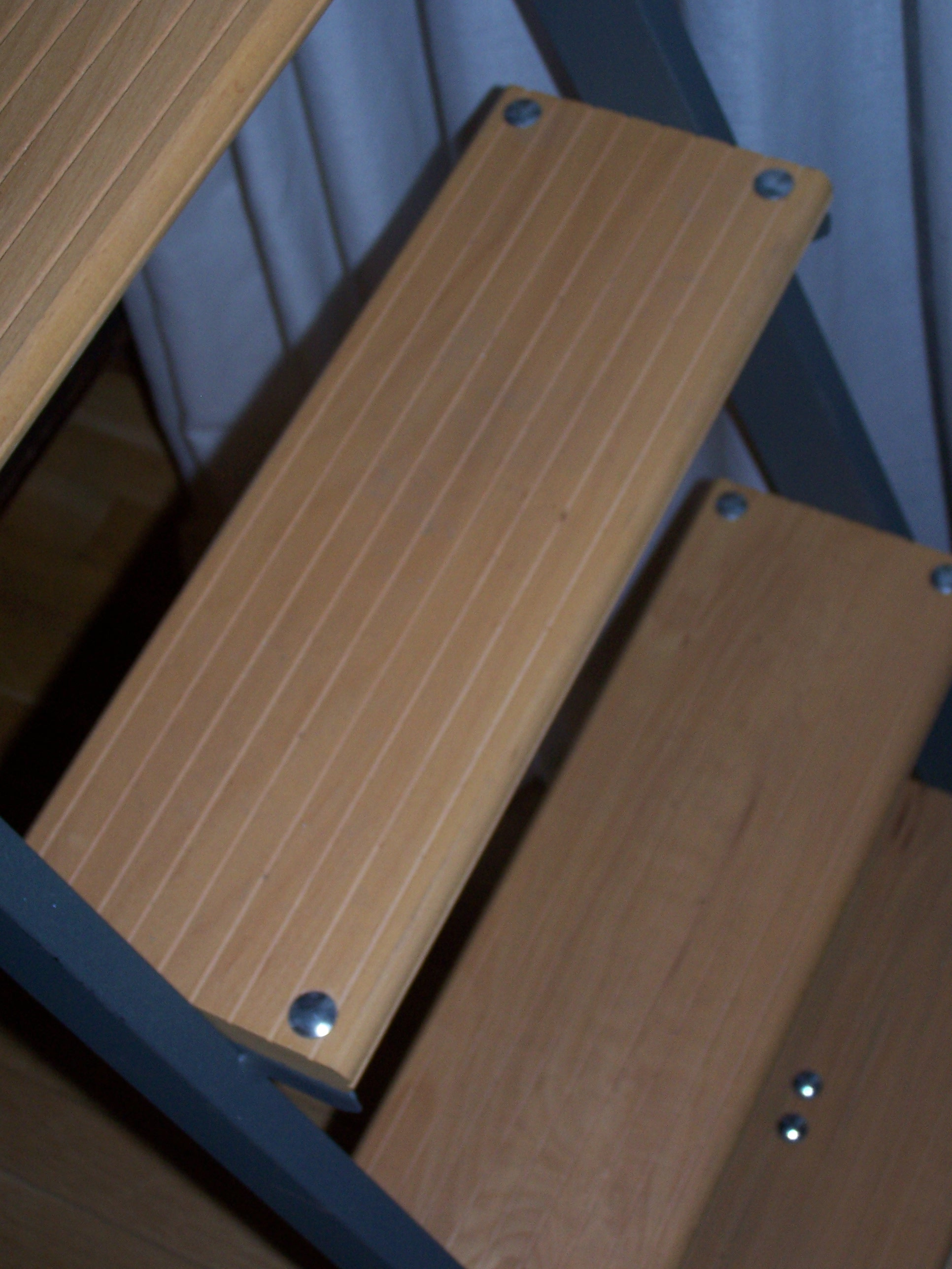 Stufen-Anlegeleiter mit Holzstufen und rechteckigen Stahl-Holmen